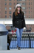 Энн Хэтэуэй, фото 5963. Anne Hathaway 'Walking her dog in Brooklyn', february 5, foto 5963