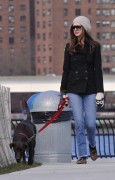 Энн Хэтэуэй, фото 5952. Anne Hathaway 'Walking her dog in Brooklyn', february 5, foto 5952