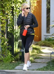 Риз Уизерспун, фото 4923. Reese Witherspoon - leaves a friend's house in Brentwood, March 7, foto 4923